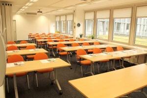 Seminarraum mit parlamentarischer Bestuhlung